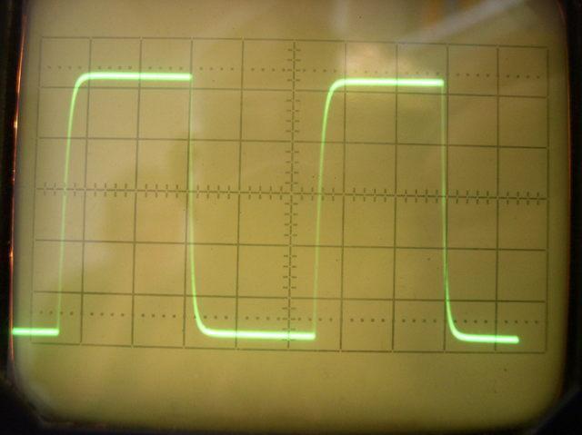 Obdélník 100kHz, zátěž 1k, - s vstupním filtrem
